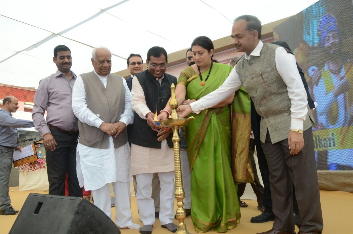 image of Hon'ble Minister of Textiles Smt. Smriti Zubin Irani, inaugurated distribution  of artisan I.D. Cards  camp