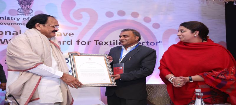 image of Shri Iliyas Khan, Sr. Assistant Director Receiving Award Thread of Excellence from Hon